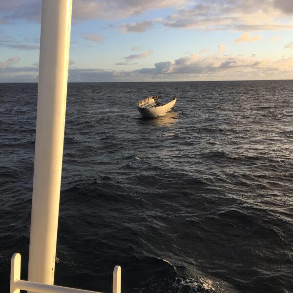Aerodynamický kryt Falconu 9 po přistání do oceánu