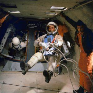 """Scott při nácviku EVA na palubě """"Vomit Comet"""", upraveného letounu KC-135"""