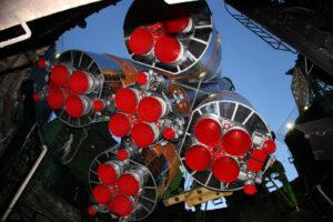 Usazování rakety Sojuz 2-1A s lodí Progress MS-08 na startovní rampě.