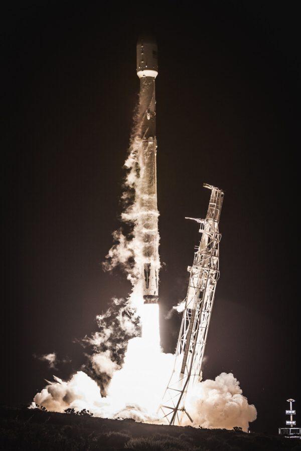 Start Falconu 9 ze západního pobřeží s družicí Paz a dvěma družicemi Starlink