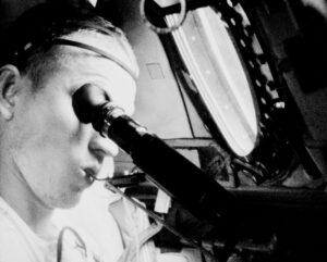 Sláva a pozlátko kosmických letů: Borman ve spodním prádle testuje akuitu svého oka a současně žvýká orální teploměr.