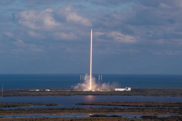 Časosběrná fotka ze startu Falconu 9 s družicí SES-16