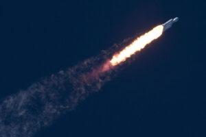 První Falcon Heavy stoupá k obloze