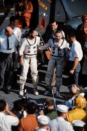 Trochu nejistí, ale na vlastních nohou: Lovell a Borman kráčejí po palubě USS Wasp.