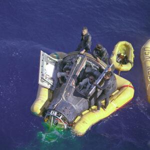 Zklamaní, unavení, přesto však s úsměvem: posádka po přistání čeká, až ke kabině přirazí USS Leonard F. Mason.