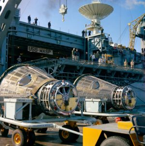 Poslední rendez vous Gemini VII (vlevo) a Gemini VI-A, tentokrát při vykládání z USS Wasp v přístavu Mayport Naval Station u Jacksonville 20. prosince.