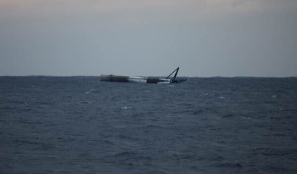 První stupeň Falconu 9 pohupující se ve vlnách Atlantického oceánu
