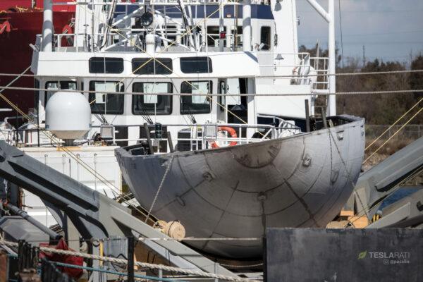 Pohled na polovinu krytu, která přistála několik set metrů od lodi.