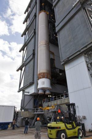 Příprava prvního stupně rakety Atlas V pro misi GOES-S.