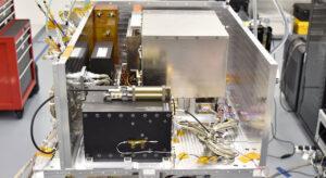 DSAC po integraci do družice General Atomics Orbital Test Bed