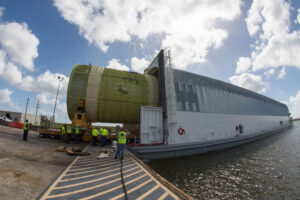 Nakládání intertanku rakety SLS pro strukturální zkoušky na člun Pegasus.