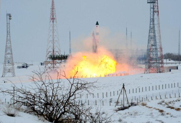 Poslední sekundy, kdy je Sojuz 2-1A na pevné zemi.