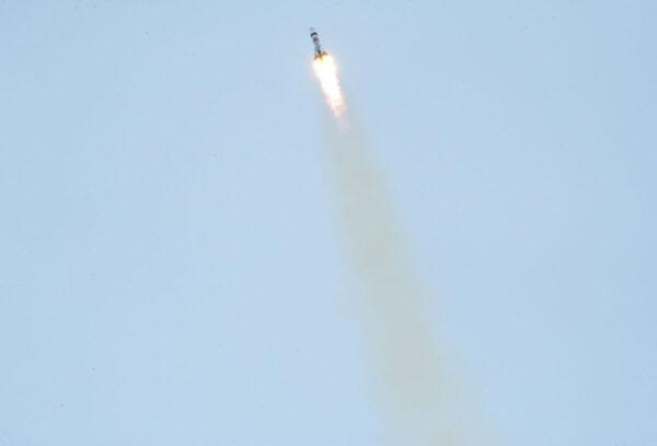 Sojuz mizí v mracích.