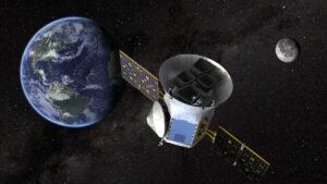 Vizualizace teleskopu TESS ve vesmíru.