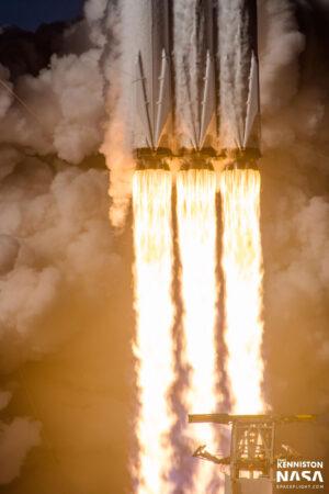 Mimořádně povedený snímek z premiérového startu Falconu Heavy.