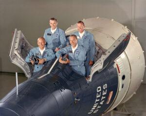 Hlavní a záložní posádka Gemini XII: vepředu vpravo Lovell, vedle něj Aldrin, vzadu vpravo Cooper, vedle něj Cernan