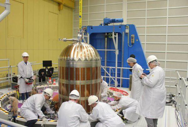Montáž první ze čtyř palivových nádrží evropského servisního modulu pro loď Orion.