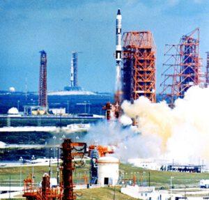 Gemini XI startuje! Povšimněte si v pozadí testovací sestavy Saturnu SA-500F na rampě 39A.