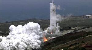Archivní snímek statického zážehu Falconu 9 na Vandenbergově základně.