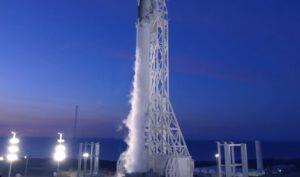 Archivní snímek Falconu 9 na kalifornské rampě.