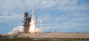 Start mise SpaceX CRS-12, na které letěl poprvé první stupeň 1039.