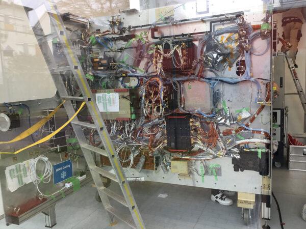 Díly inženýrského modelu poslouží k ověření postupů nanečisto, než se odešlou skutečné sondě.