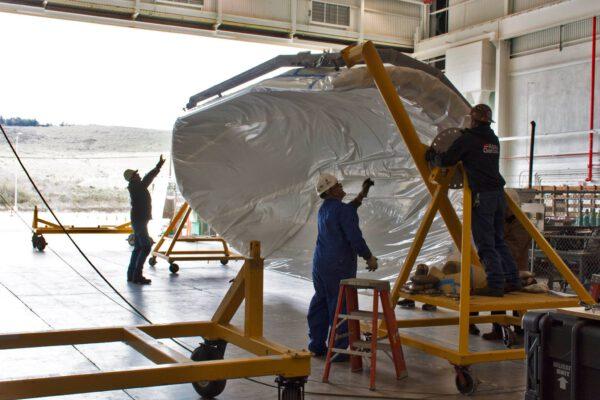 Manipulace s krytem pro ICESat-2 na Vandenbergově základně.