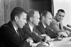 Hlavní a záložní posádka během tiskové konference: (zleva) Young, Collins, Bean, Williams