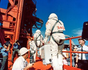 Výmluvné nápisy na zádech astronautů...