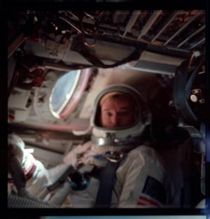 Rozostřená fotografie Mika Collinse během mise.