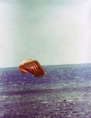 Let Gemini XI právě skončil přistáním do Atlantiku.