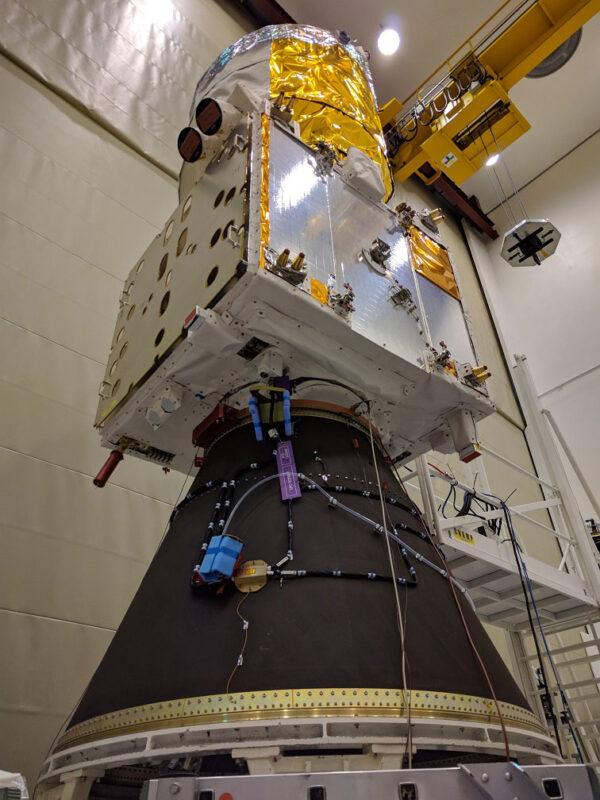 Zkouška usazení družice Aeolus na nákladový adaptér rakety Vega.