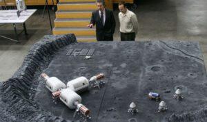 Robert Bigelow (vlevo) dlouhodobě sní o tom, že se jednou podaří z nafukovacích modulů jeho společnosti vytvořit vesmírný hotel. Sám však nevylučuje ani jiné využití. Na obrázku jde vidět například jeho představa lunární základny.