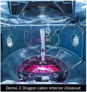 Crew Dragon DM-1 - interiér kabiny během montáže
