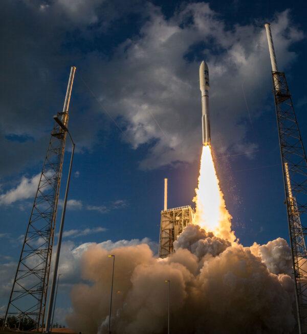 Centrální stupeň Atlasu V disponuje motorem RD-180, který spaluje směs kapalného kyslíku a leteckého petroleje.