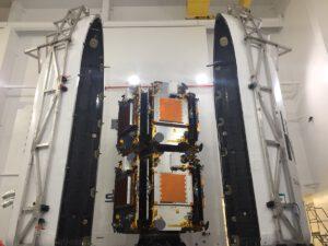 Družice Iridium NEXT na vypouštěcích adaptérech před uzavřením aerodynamického krytu.
