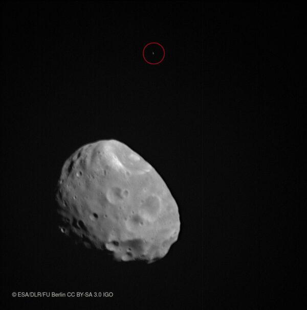 Phobos a v pozadí procházející hvězda