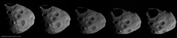 Sekvence snímků ukazující povrch měsíce Phobos