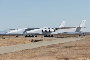 Letoun Stratolunch během zkoušky rychlého pojíždění na rampě vyfotil i uživatel našeho diskusního fóra s nickem jakubv.