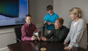 Odborníci z Marshallova střediska prohlíží trysku, která byla vyrobena pokročilou metodou 3D tisku.