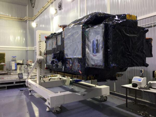 Sentinel-3B na otočném stolku.