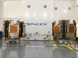 Dva vypouštěcí adaptéry družic Iridium NEXT, které se následně spojí dohromady.