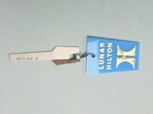 Klíč k neexistujícímu hotelu na Měsíci. Podobných propagačních předmětů bylo vyrobeno více.