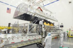 """Uvnitř transportního kontejneru STTARS se nachází vnitřní ochranný """"stan"""", který ukrývá optickou sestavu OTIS. Na této fotce vidíme zvedání víka tohoto """"stanu""""."""