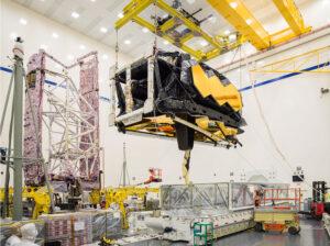 OTIS - optická část Webbova teleskopu, ukrývající vědecké přístroje, je vykládána z kontejneru STTARS.