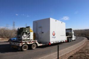 Tahač veze kontejner se sondou InSight na letiště v Denveru.