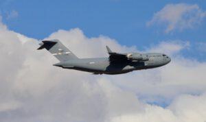 Letoun C-17 se sondou InSight během přeletu mezi Denverem a Vandenbergovou základnou.