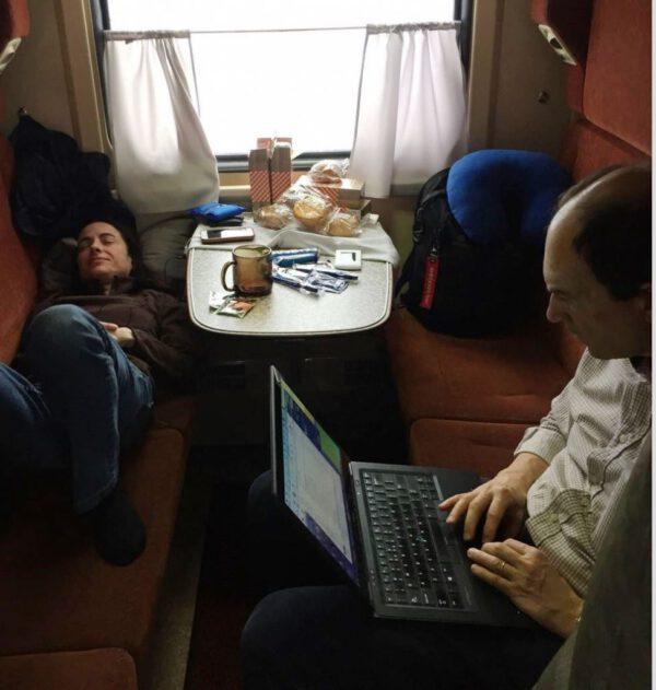Pracovní svačina ve vlaku