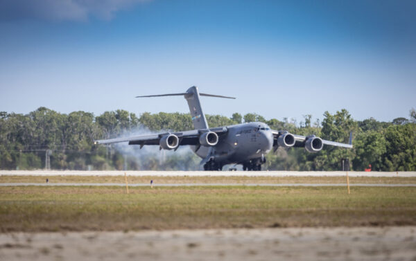 C-17 s Parker Solar Probe přistává na Floridě.