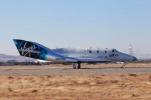 SpaceShipTwo VSS Unity přistává po prvním motorovém letu 5. dubna 2018.